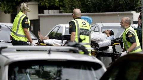 Christchurch, 2019. március 15. Sebesültet visznek el a mentők az új-zélandi Christchurchben történt két terrortámadás egyik helyszínén 2019. március 15-én. Negyvenkilencre emelkedett a város központjában lévő Maszdzsid al-Núr és a külső kerületi Linwood mecset ellen összehangoltan elkövetett merénylet halálos áldozatainak száma. A hatóságok őrizetbe vettek három férfit és egy nőt, az egyik férfi ausztrál. MTI/AP/Mark Baker