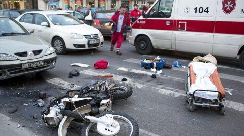 Budapest, 2012. december 7. Összeroncsolódott motorkerékpár a III. kerületi Kolosy téren, miután a motor személyautóval ütközött 2012. december 7-én. A kiérkező mentők életmentő beavatkozást hajtottak végre a motoroson, a 30 év körüli férfi kórházba szállítása után meghalt. A helyszínről egy hatvan év körüli férfit is kórházba vittek mellkasi és hasi sérülésekkel. MTI Fotó: Mohai Balázs