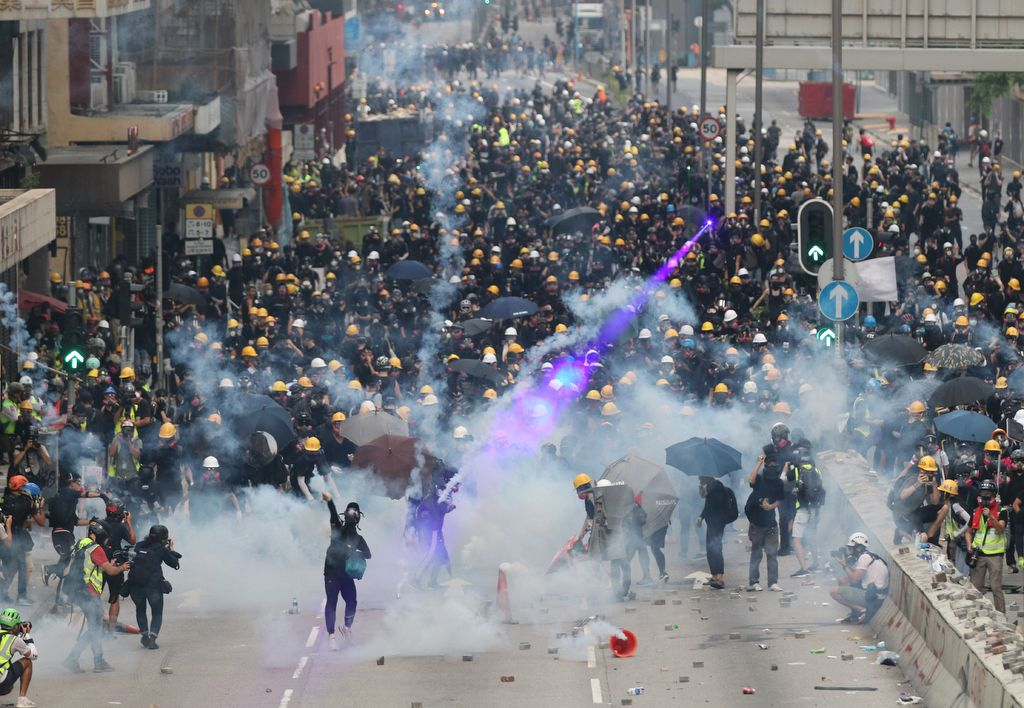 Participants, who are appealing for protest against an extradition bill that would have allowed people in Hong Kong to be sent to mainland China for trial, run away as Police shot tear gas in Hong Kong on August 24, 2019. ( The Yomiuri Shimbun )
